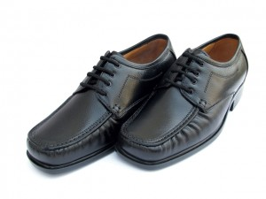 Klasyczne obuwie męskie w kolrze czarnym od producenta obuwia z Polski Alvo shoes.